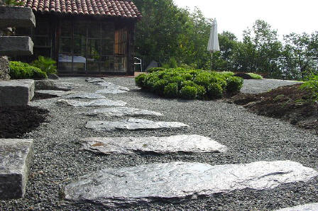 Neuer zengarten im tessin - Steinplatten garten ...